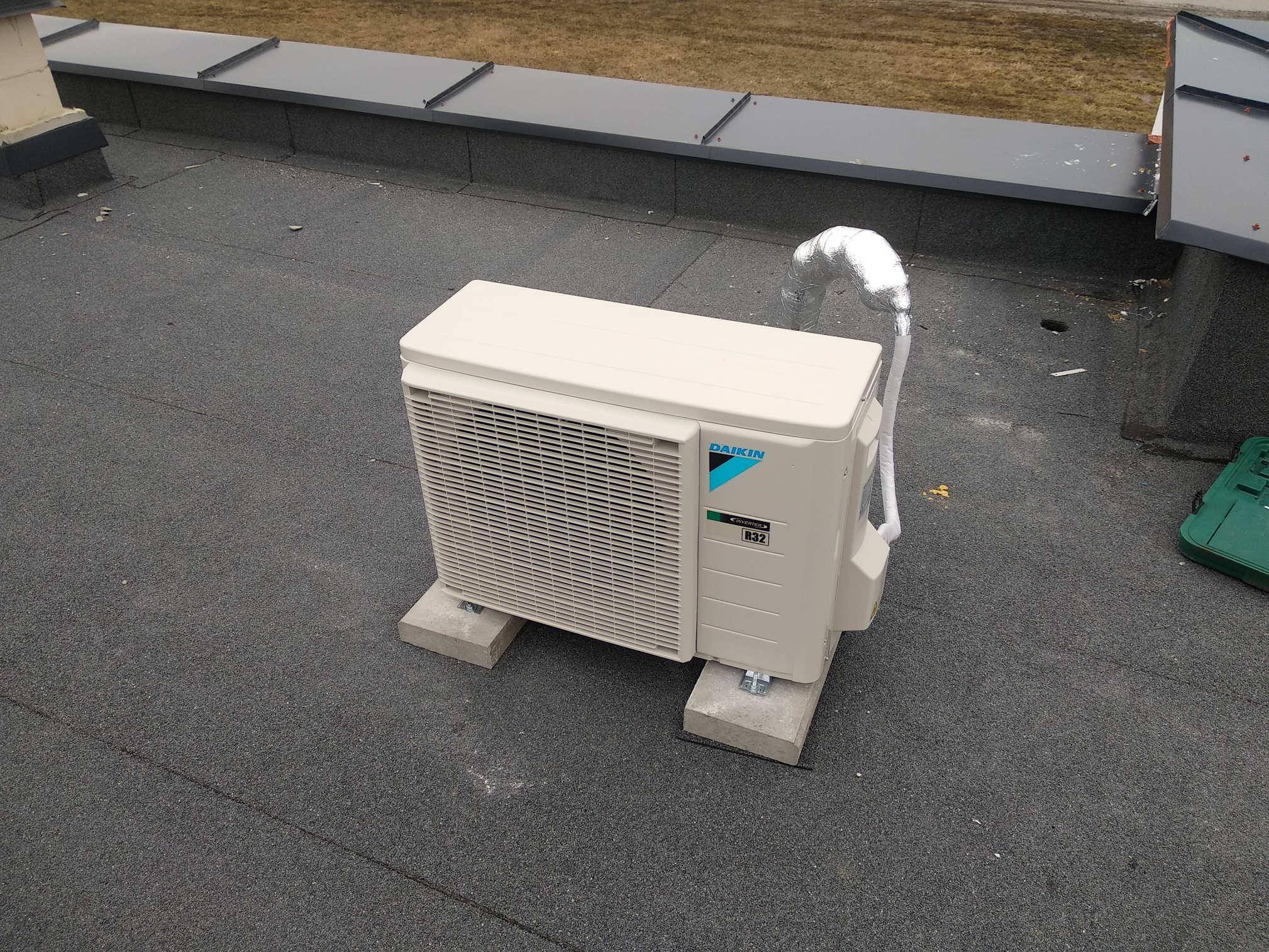 realizacje-klimatyzator-daikin-jednostka zewnętrzna-dach-izolacja