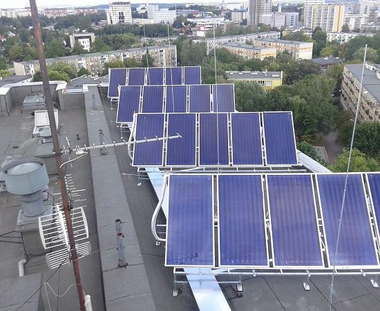 Panele instalacji solarnej na budynku PB