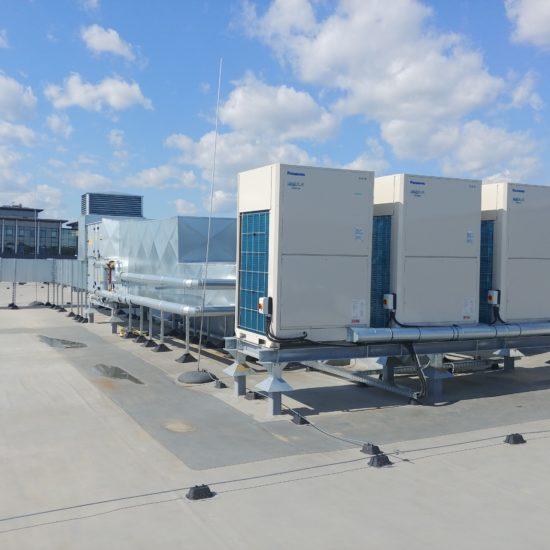 Klimatyzacja i wentylacja - jednostki zewnętrzne na dachu budynku